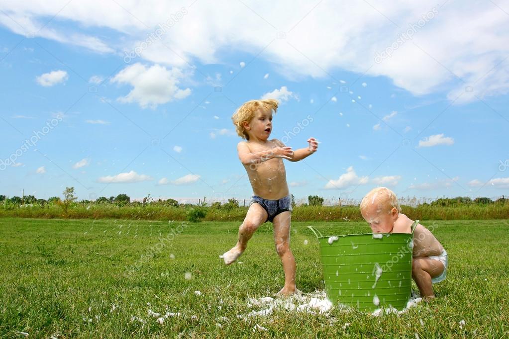 Ребенок играет в воде фото