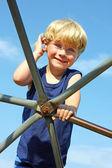 Enfant au terrain de jeux d'escalade — Photo