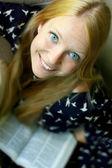 Lächelnd frau lesebuch — Stockfoto