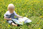 Libro de lectura bebé niño en león — Foto de Stock