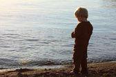 Child Peeing on Beach — Stockfoto