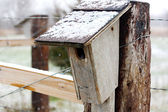Old Homemade Birdhouse on Farm Fence in Snow — Foto de Stock