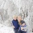 moeder en twee kinderen in winter wonderland — Stockfoto #36234475