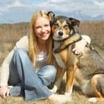 donna e cane abbracciare di fuori del paese — Foto Stock #44516625