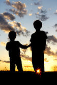 Silhouette Young Children Holding Hands at Sunset — Stock Photo