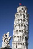 Torre pendente di pisa e statua — Foto Stock