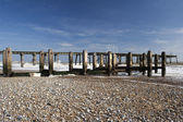 Pier och havet försvar på lowestoft beach, suffolk, england — Stockfoto