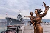 Buque de guerra y un monumento a la madre y el niño — Foto de Stock