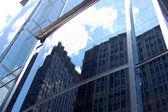 Weerspiegeling van een gebouw — Stockfoto