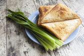 čerstvá cibule a sendviče, horizontální snímek — Stock fotografie
