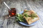 Eski ahşap masa mavi plaka üzerinde sandviç. — Stok fotoğraf