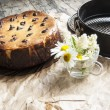 Cheesecake  with a bouquet of daisies. Horizontal shot. — Stock Photo