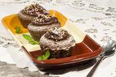 Dieet chocolade cupcakes op yeliow rechthoekige plaat met lepel — Stockfoto