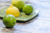 Citrons et limes sur une plaque d'immatriculation verte — Photo