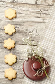 Homemade sugar cookies and flowers, background for greeting card — Stock Photo