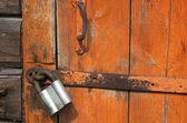 старая деревянная дверь с замком, фрагмент — Стоковое фото