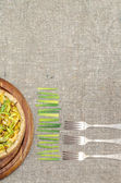 Pie quiche with leeks, cheese on linen tablecloth — Stock Photo