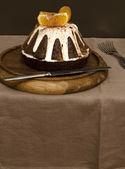 Orange schokoladenkuchen mit zuckerglasur überzogen — Stockfoto
