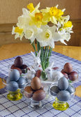 Festive Easter table decorated with flowers, colored eggs and cakes — Stock Photo