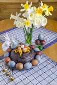 świąteczny stół wielkanocny udekorowane kwiatami, kolorowe jajka i ciasta — Zdjęcie stockowe