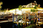 BALI - DECEMBER 27: Nighttime, near the entrance to shopping com — Stock Photo