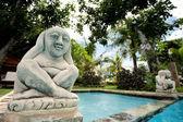 Statue of Hindu deity overlooks pool — Stock Photo
