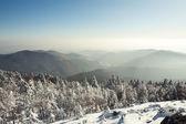 Paesaggio invernale delle montagne innevate cielo nuvoloso. r — Foto Stock