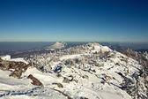 Paisaje invernal de las montañas con nieve bajo cielo nublado. r — Foto de Stock