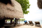 соломенной крышей бунгало на тропический курорт, остров лембонган, indon — Стоковое фото