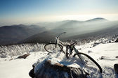 Winter landscape of mountains. old bicycle on a mountain top. Ru — Stock Photo
