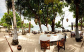 Outdoor beach restaurant at tropical resort. Lembongan, Indonesi — Stock Photo