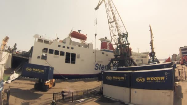 Vladivostok - 8 avril : camion chargeur exploité à port, temps écoulé — Vidéo