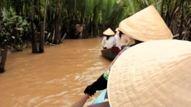 Vietnamese woman rowing a boat on a canal in Mekong delta, Vietnam — Stock Video
