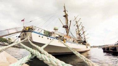 "Vladivostok - AUGUST 24: Sailing ship ""Nadezhda"" on the wharf, timelapse — Stockvideo"