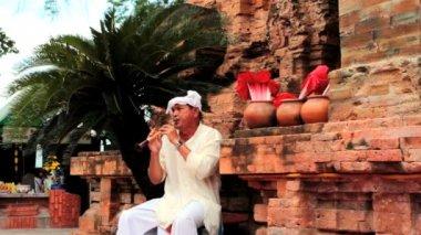 Nha Trang - JULY 18: Local folk music show at Po Nagar towers — Stock Video