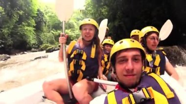 Tourists white water rafting — Stock Video