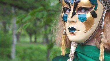 Vacker kvinna i carnival mask över bladverk bakgrund — Stockvideo