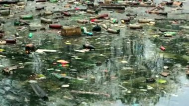 A large amount of trash polluting our waters — Stock Video