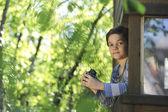 Enfant osservanti la natura dans sa cabane — Foto Stock