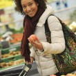 Woman buys fruit and food in the supermarket — Stock Photo