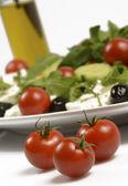 Čerstvý salát z mozzarelly a malá rajčata — Stock fotografie