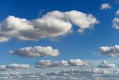 фоне голубого неба — Стоковое фото