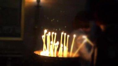Encender velas peregrino cristiano cerca del altar de la crucifixión en la iglesia del santo sepulcro — Vídeo de Stock
