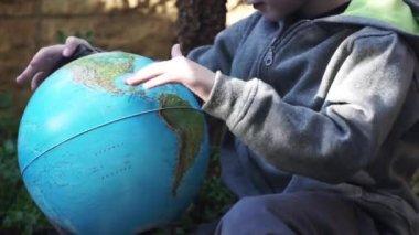 Kind spelen met de globus — Stockvideo