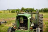 старый трактор — Стоковое фото