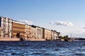 サンクトペテルブルクのアーキテクチャには川からの眺め. — ストック写真