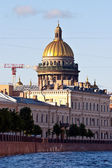 St. Isaac's Cathedral . View from the river to the architecture of St. Petersburg. — Stock Photo