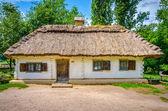 древние традиционные украинские загородный коттедж с соломенной крышей — Стоковое фото