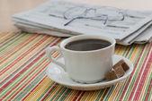 Caffè e il giornale del mattino — Foto Stock