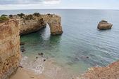 Praia de albandeira e penhascos no algarve, portugal — Foto Stock